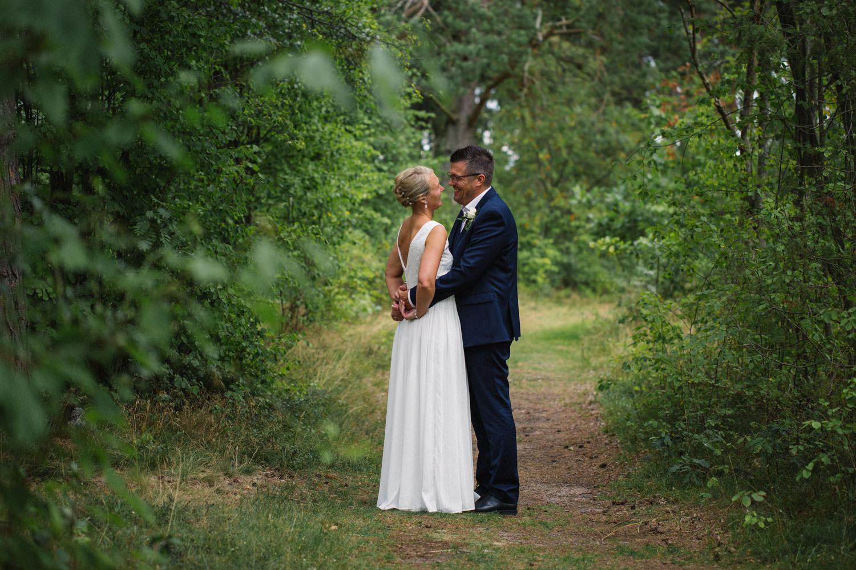Avslappnat och naturligt bröllopsporträtt på brudpar vid Oknö, bröllop i Mönsterås. Kostym från Dressmann. Brudklänning från Sofia Moore.