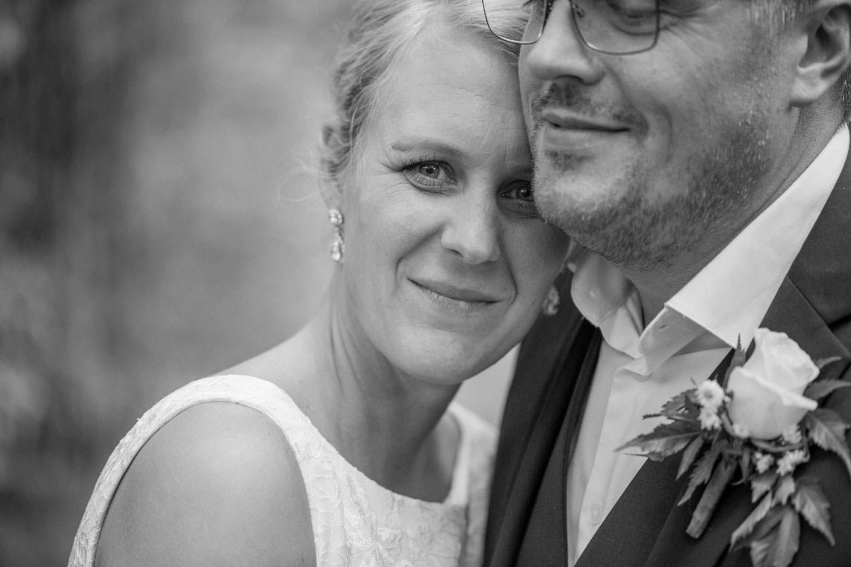 Svartvitt porträtt på brudpar vid Oknö. Brudklänning från Sofia Moore, kostym från Dressmann. Florist är Butik Majne, Oskarshamn.