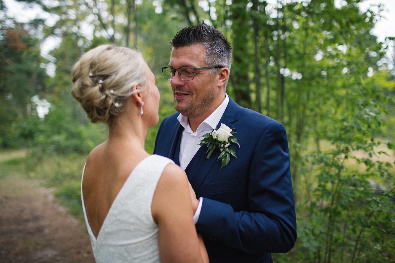 Avslappnat och naturligt bröllopsporträtt på brudpar vid Oknö. Kostym från Dressmann. Brudklänning från Sofia Moore.