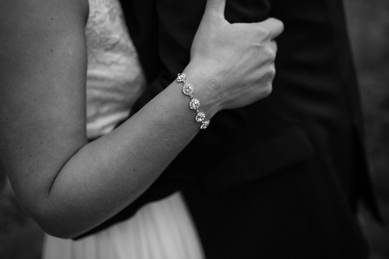 Svartvitt porträtt på brudpar. Armbandet kommer från Lily and Rose.