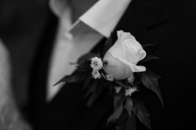 Svartvitt foto på corsage. Florist är Butik Majne, Oskarshamn.