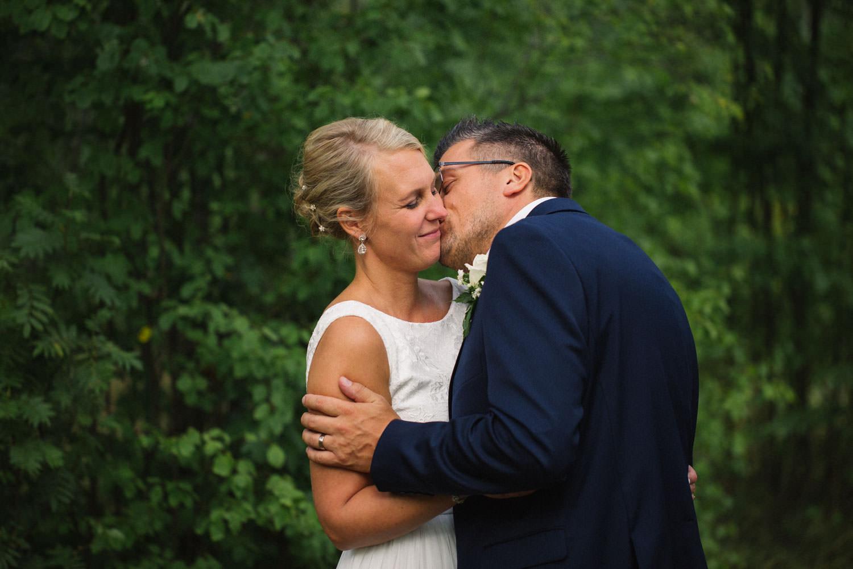 Rofyllt bröllopsporträtt på brudpar vid Oknö, bröllop i Mönsterås. Kostym från Dressmann. Brudklänning från Sofia Moore.