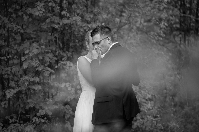 Svartvitt bröllopsporträtt på avslappnat brudpar vid Oknö. Kostym från Dressmann. Brudklänning kommer från Sofia Moore.