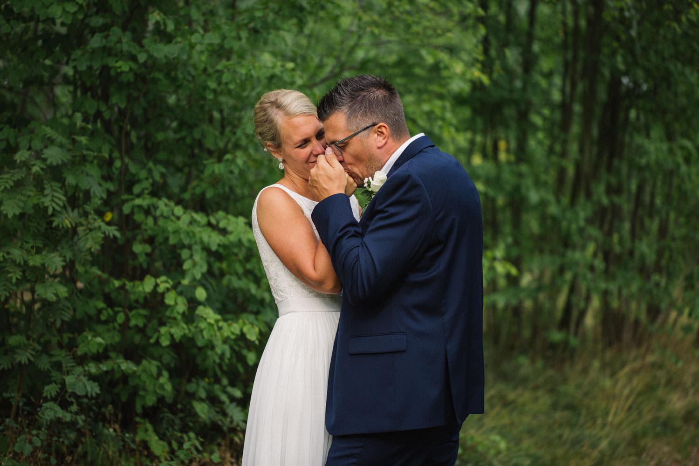 Bröllopsporträtt på avslappnat brudpar vid Oknö. Kostym från Dressmann. Brudklänning kommer från Sofia Moore.