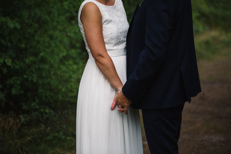 Brudklänning kommer från Sofia Moore. Kostym från Dressmann. Bröllop i Mönsterås, bröllopsfotograf är Tove Lundquist.