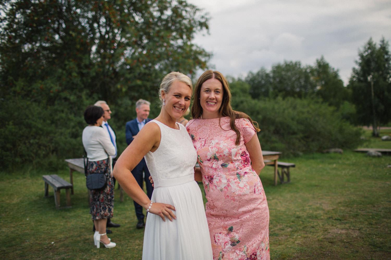 Brud och svägerska under en bröllopsfest på Kaffetorpet Oknö, Småland.