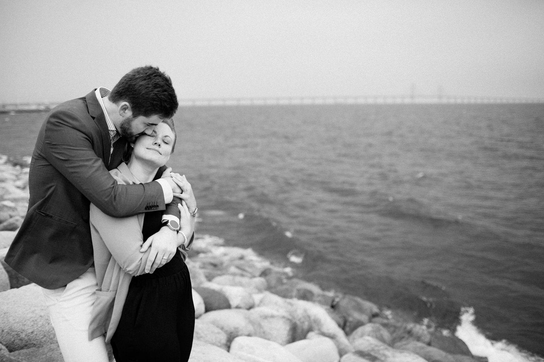 Kärleksfull bild från en parfotografering med förlovat par, Ön Limhamn i Malmö. Foto: Tove Lundquist, porträttfotograf Malmö.