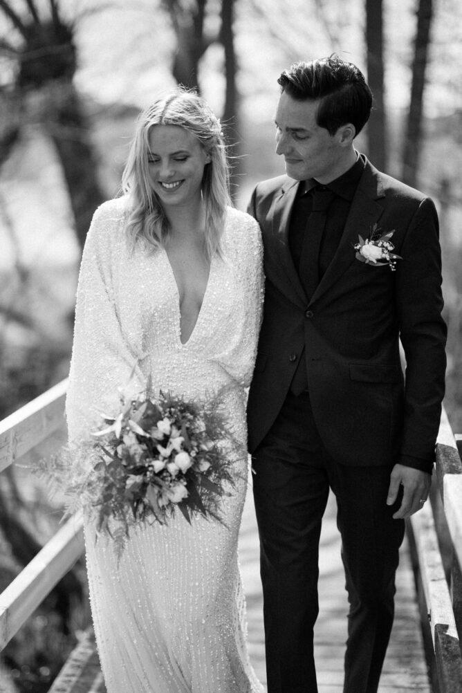 Svartvitt fotografi på brudpar under ett elopement bröllop i Haväng, Skåne. Bröllopsfotograf är Tove Lundquist.