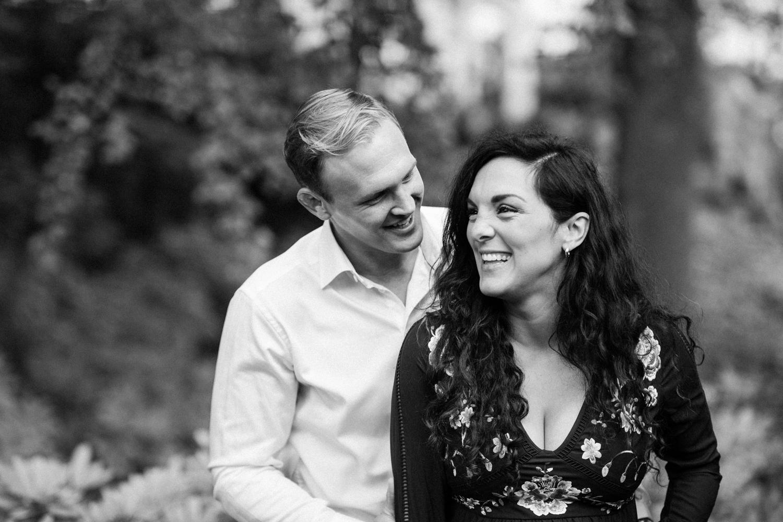 Gravidfotografering och kärleksporträtt av Ashley och Christoffer Ljungbäck på Norrvikens trädgårdar i Skåne. Foto: Tove Lundquist, fotograf i Skåne.