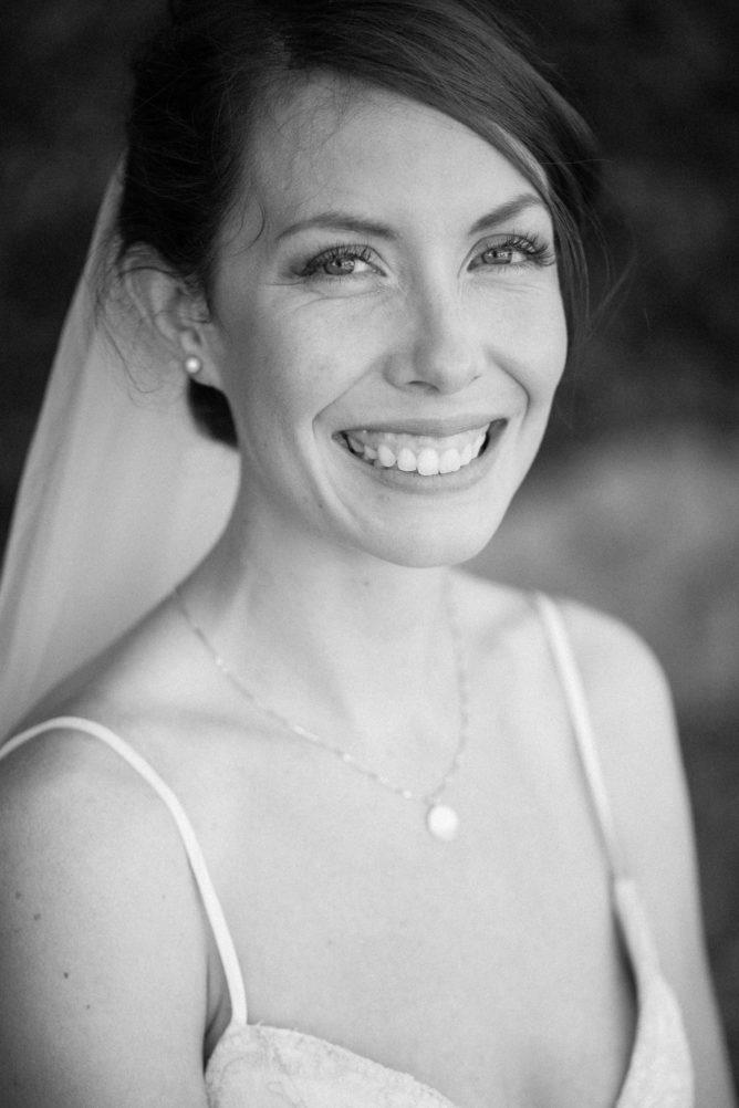 Svartvitt porträtt på brud under First Look på Örum 119, en mysig bröllopslokal på Österlen i Skåne. Fotograf: Tove Lundquist.