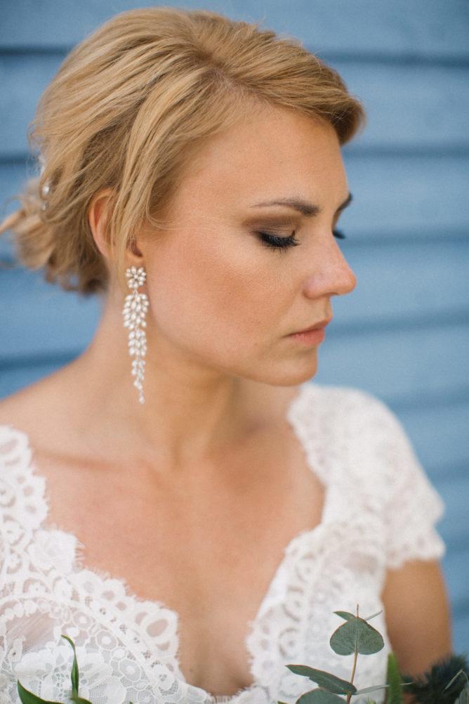 Porträtt på brud iklädd hårsmycke för bröllop från Ivory & Co, örhängen från Lily & Rose och brudklänning Carlene från Abby Waits. Fotograf Tove Lundquist. Florist: Elins Blomsterglädje, Ystad