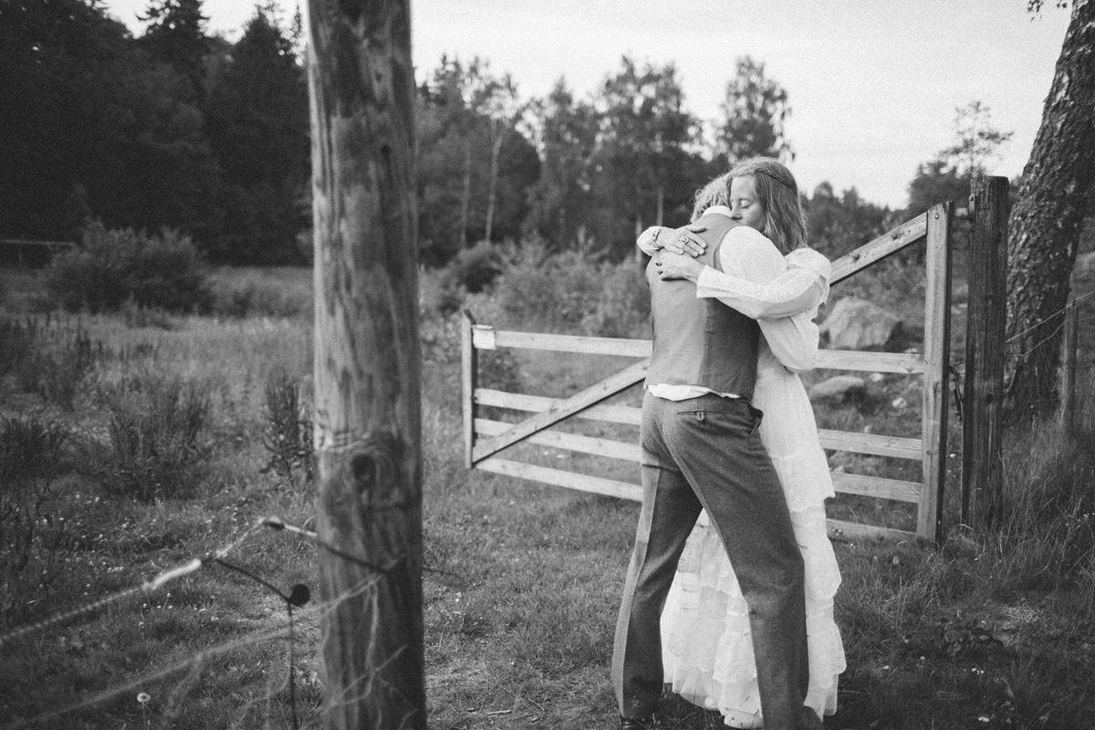 Beloved bröllopssfotografering i Ullstorp, Höör tillsammans med Johanna från Stjernhem Design. Både brudklänning och kostym är från Second Hand. Foto: Tove Lundquist, bröllopsfotograf i Skåne Län.