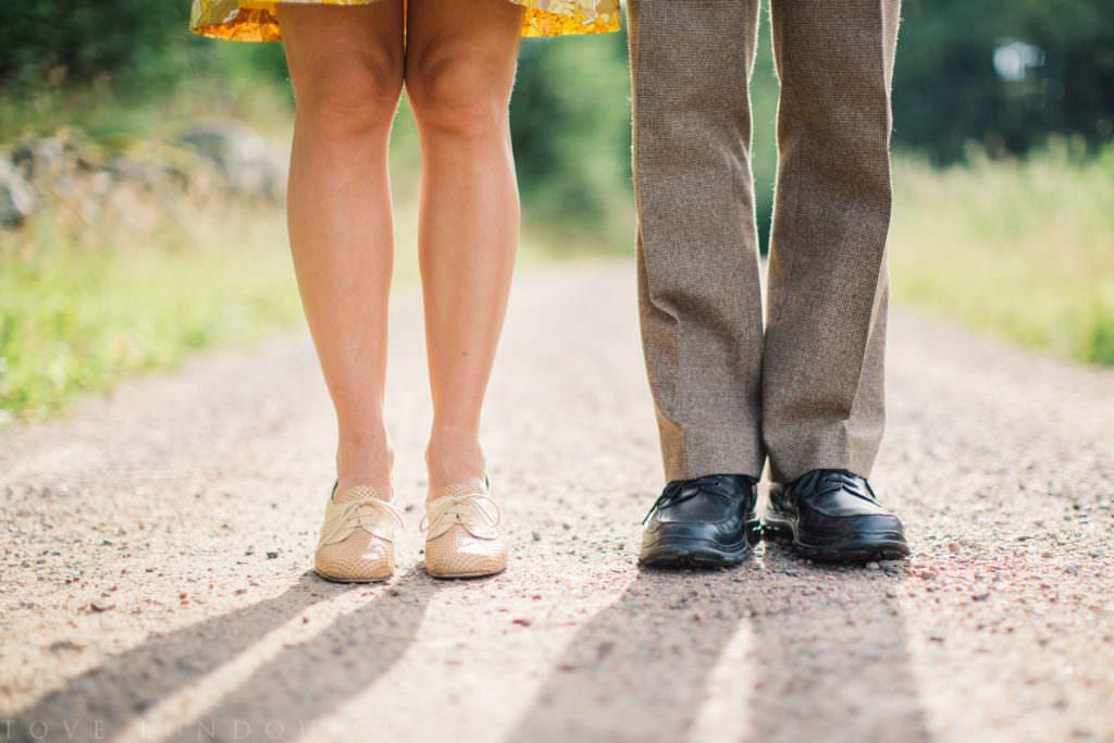 Somrig bild på ett brudpars skor, Skåne Län. Samarbete mellan Fotograf Tove Lundquist, Stjernhem Design och Ullstorps Stugor.