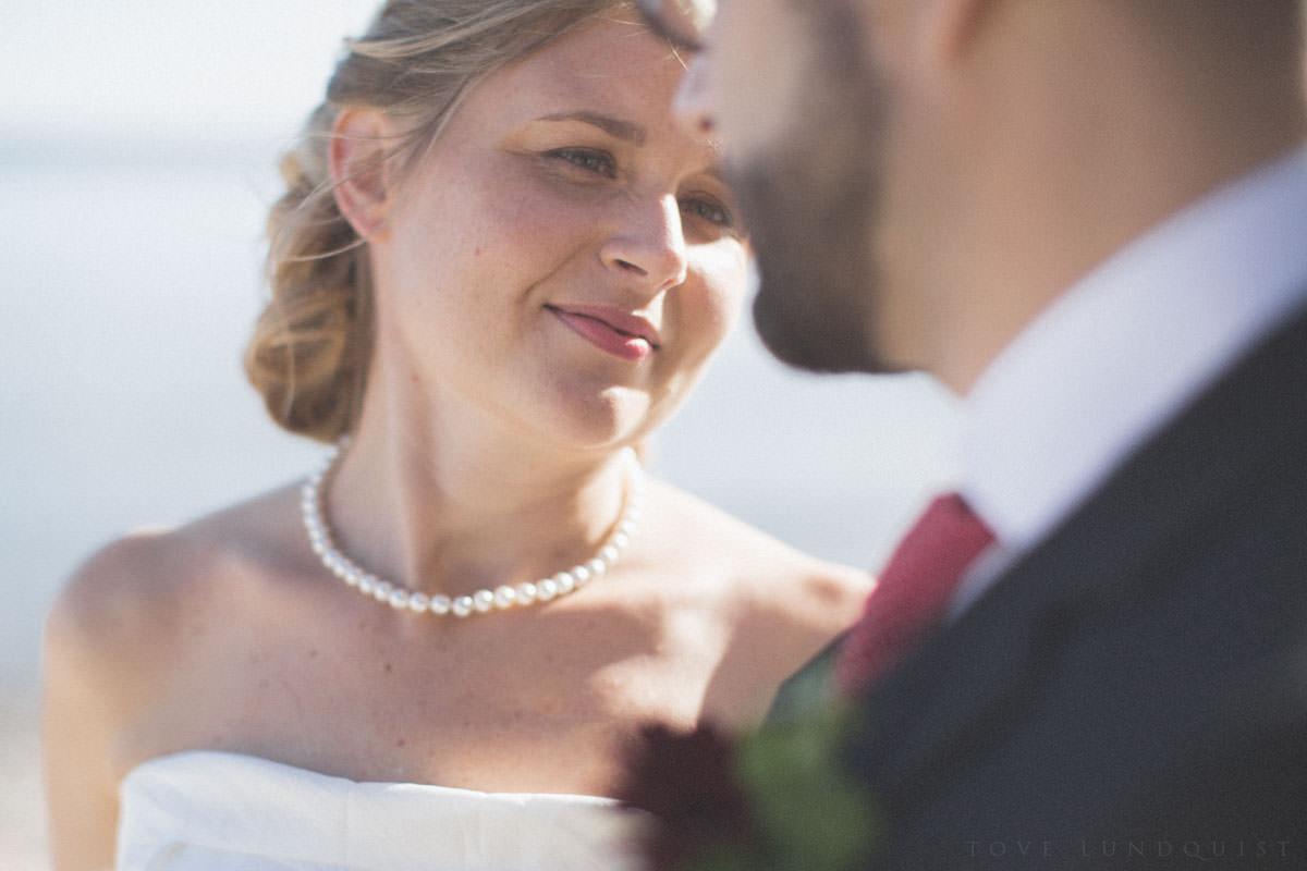 Porträtt av brud. Foto: bröllopsfotograf Tove Lundquist, verksam i Kalmar, Ystad, Malmö samt Oskarshamn. Maila mig för mer info om bröllopsfotografering.