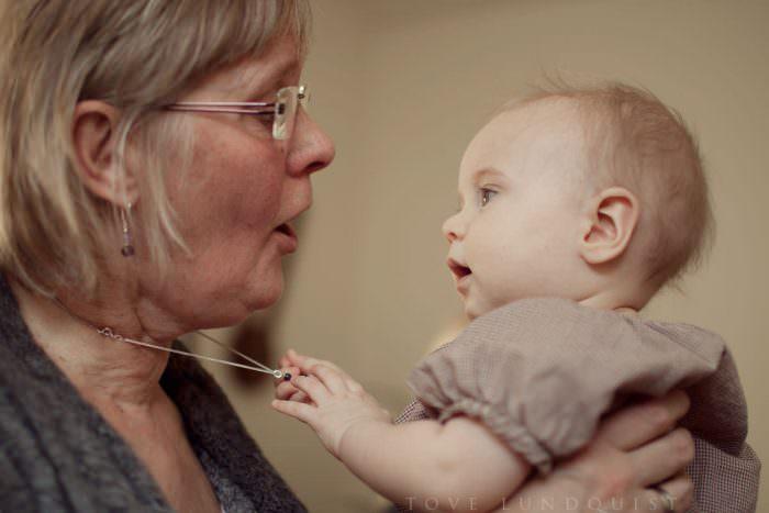 Lifestyle fotografering med mormor och barnbarn. Foto: Tove Lundquist.