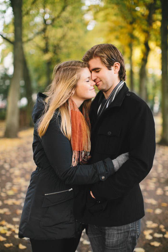 Kärleksfotografering på par som skall gifta sig, en så kallad Engagement session. Platsen är Malmö, höst. Fotograf är Tove Lundquist, bröllopsfotograf i Skåne län.