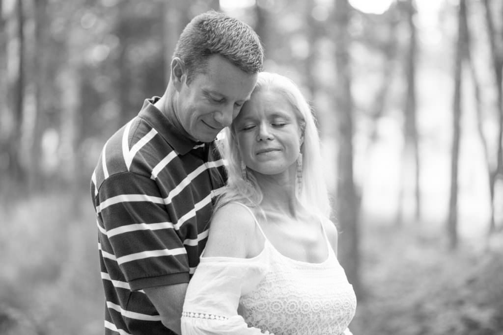 Svartvitt porträtt på kärleksfullt par - porträttfotografering i ett somrigt Hycklinge Hage, Oskarshamn. Foto: Tove Lundquist, verksam bröllopsfotograf och porträttfotograf i Oskarshamn, Småland och Skåne.