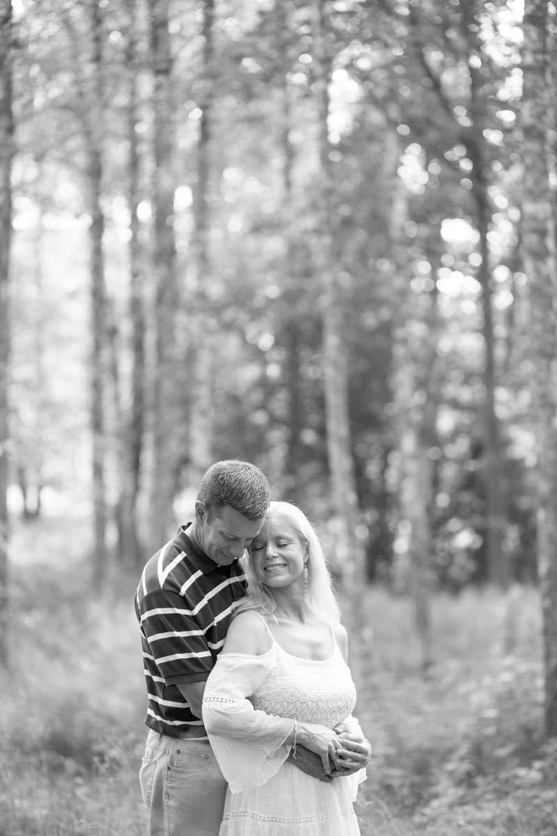 Svartvitt porträtt på kärleksfullt par med tekniken Beloved, även kallad Moment Design. Porträttfotografering i ett somrigt Hycklinge Hage, Oskarshamn. Foto: Tove Lundquist, verksam bröllopsfotograf Oskarshamn och porträttfotograf Oskarshamn, Småland.