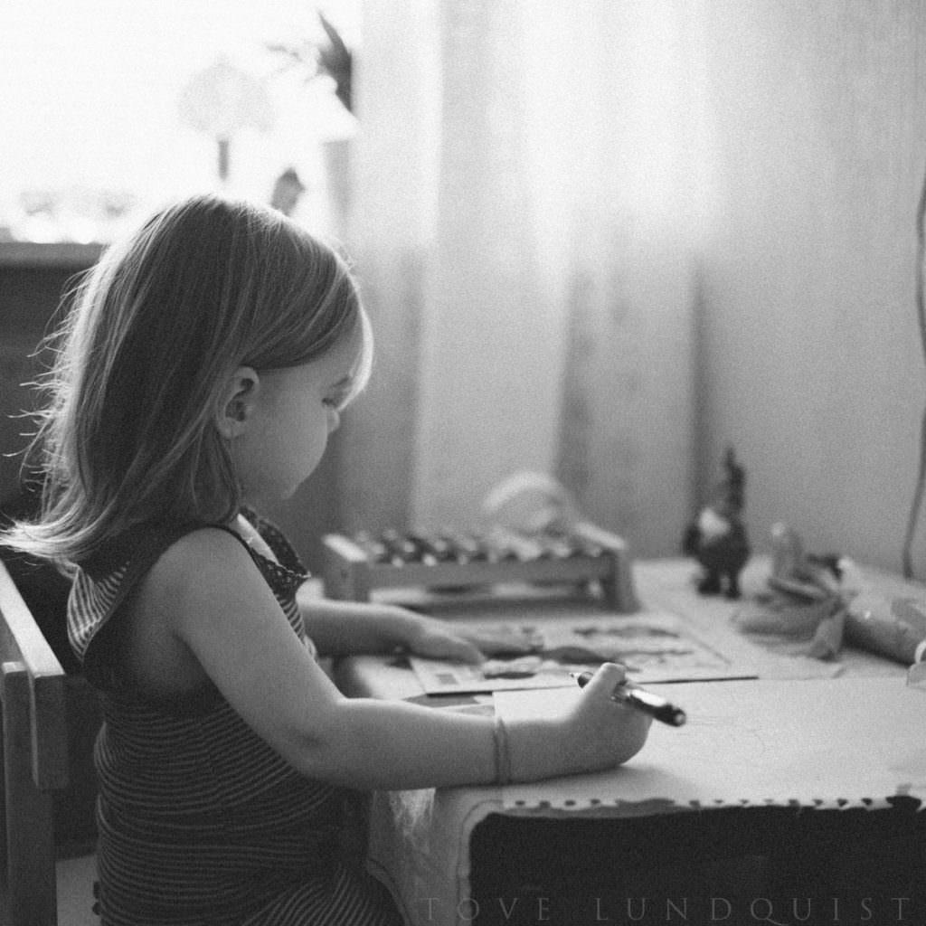 Svartvit foto på barn. Dokumentär fotografering tillsammans med fotograf Tove Lundquist, verksam i Malmö, Skåne.