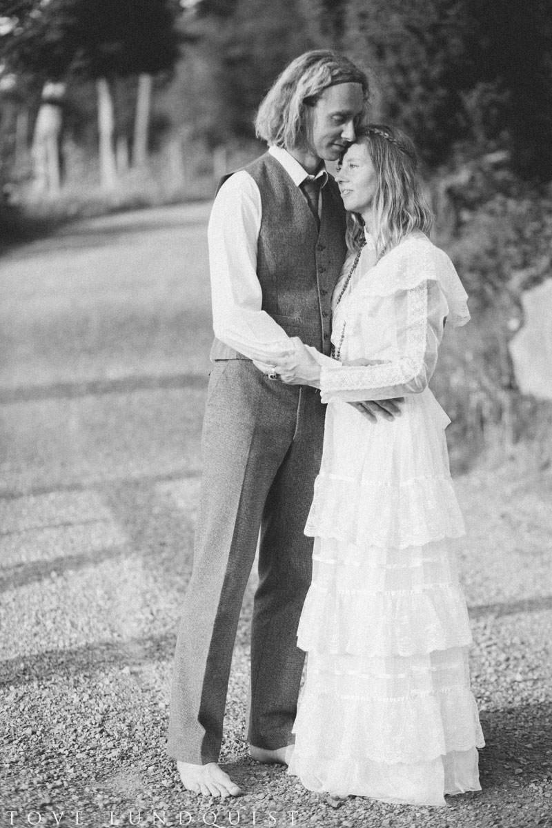 Beloved bröllopsfotografering i Ullstorp, Höör tillsammans med Johanna från Stjernhem Design. Både brudklänning och kostym är från Second Hand. Foto: Tove Lundquist, bröllopsfotograf i Skåne Län.