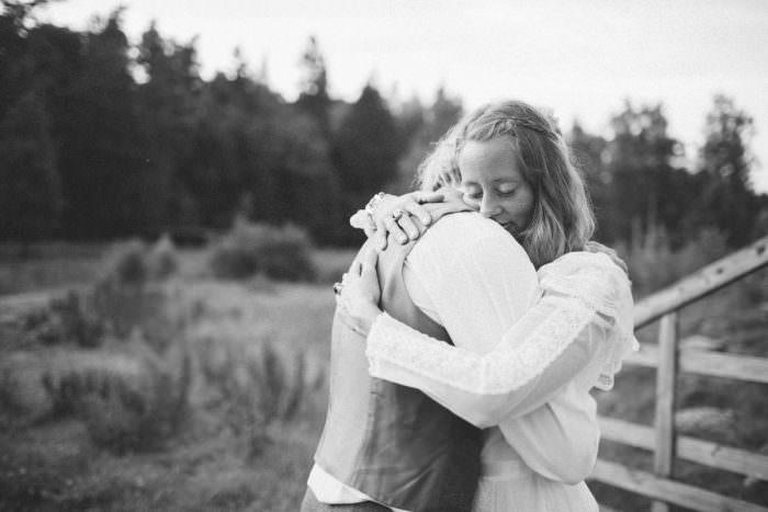 Intim och kärleksfull bild från ett bröllop i Trelleborg, Tove Lundquist är bröllopsfotograf Sverige