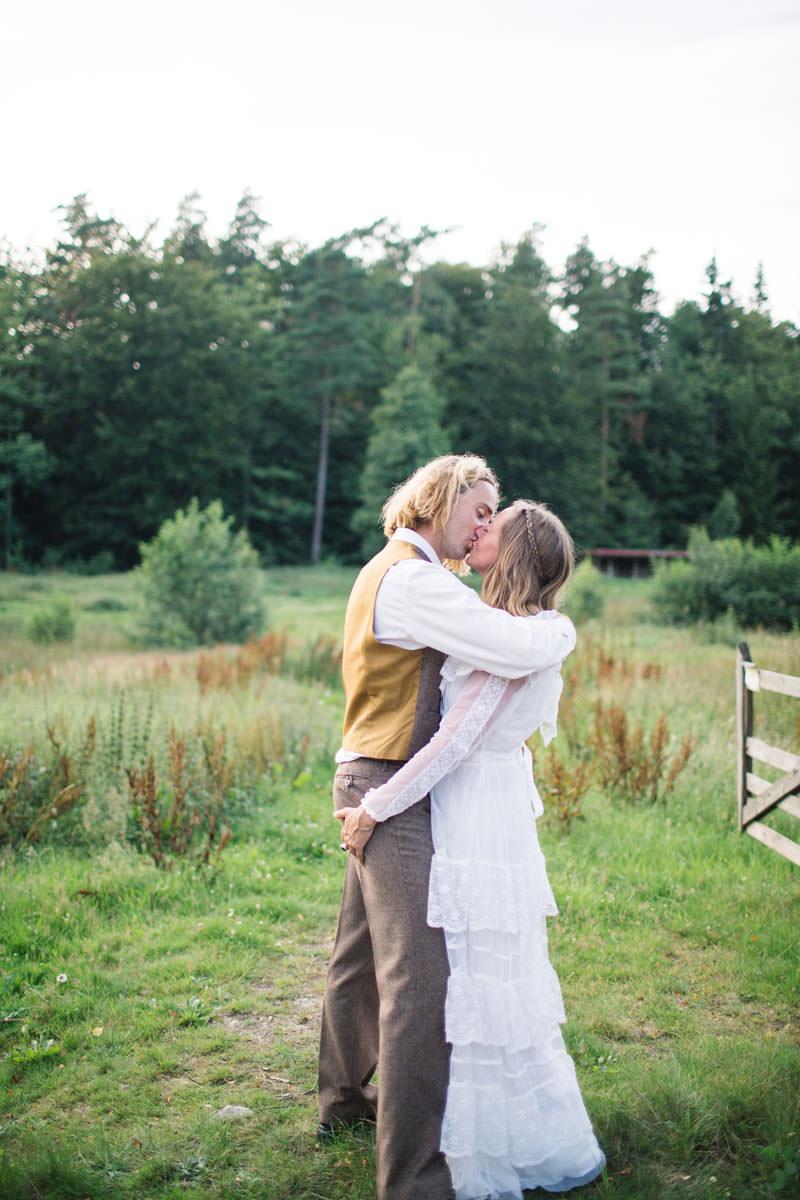 Gift par kysser varandra. Plats är Ullstorps Stugor, Höör. Foto: Tove Lundquist, bröllopsfotograf Höör, Skåne Län.