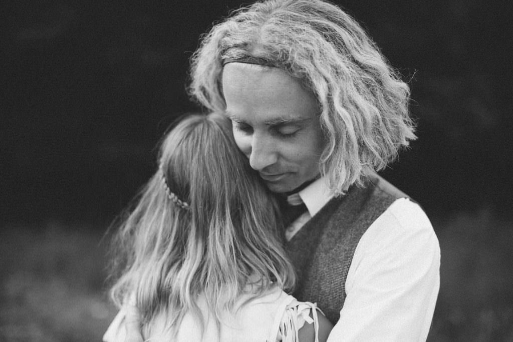 Stylad bröllopsfotografering i Ullstorps Stugor tillsammans med bröllopsfotograf Tove Lundquist samt smyckesdesignern Johanna Stjerndahl från Stjernhem Design.