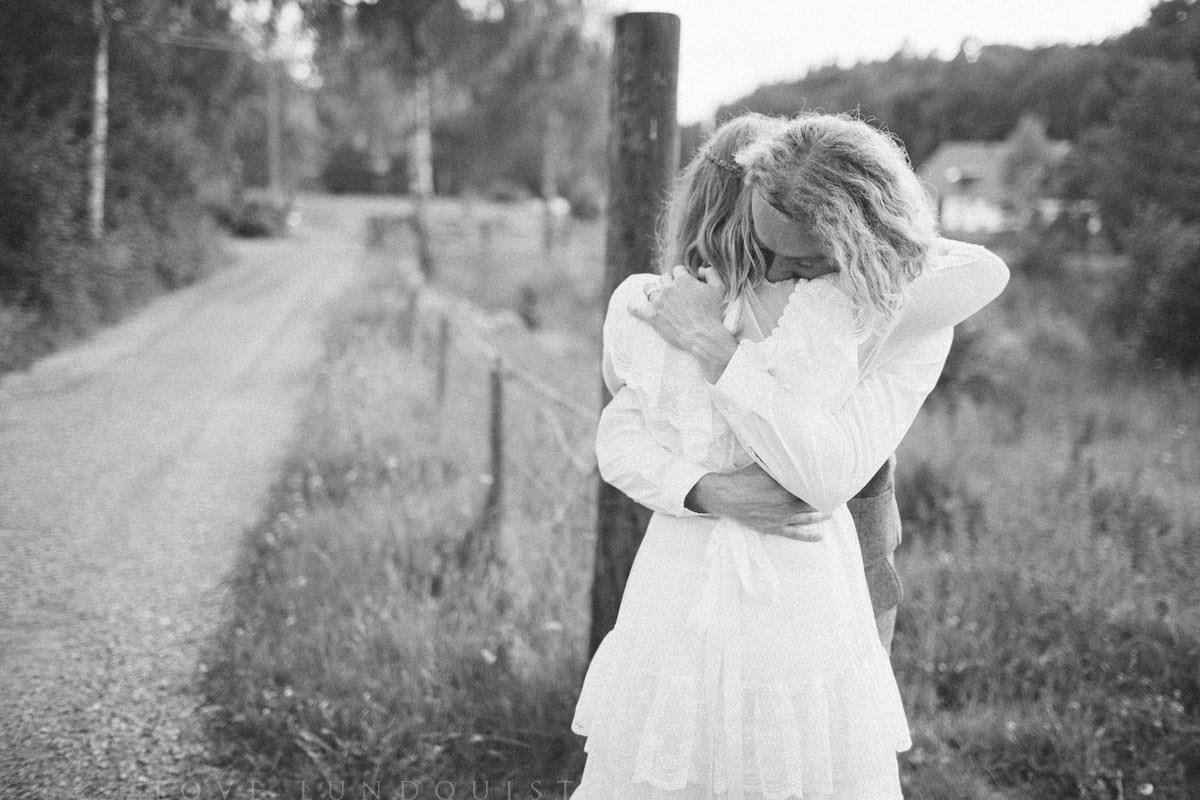 Kärleksfull omfamning under en Beloved bröllopsfotografering i Ullstorps Stugor, Höör. Samarbete mellan Fotograf Tove Lundquist, Stjernhem Design och Ullstorps Stugor. Foto: Tove Lundquist