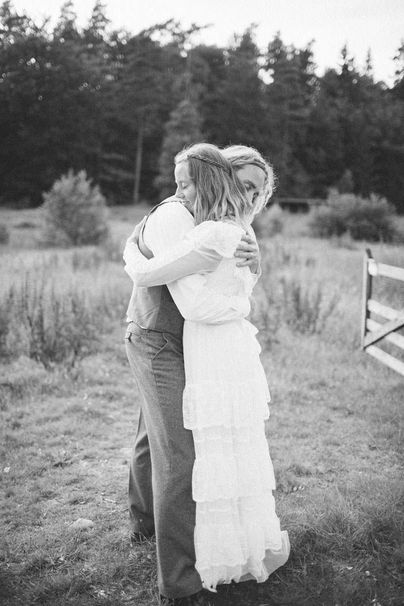 Svartvid bild på gift par som kramas. Beloved bröllopsfotografering tillsammans med bröllopsfotograf Tove Lundquist.