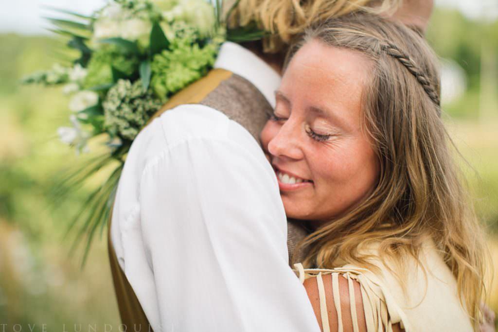 Kärleksfull beloved fotografering i Ullstorp Stugor tillsammans med Johanna från Stjernhem Design. Foto: Tove Lundquist, verksam bröllopsfotograf i Skåne Län.