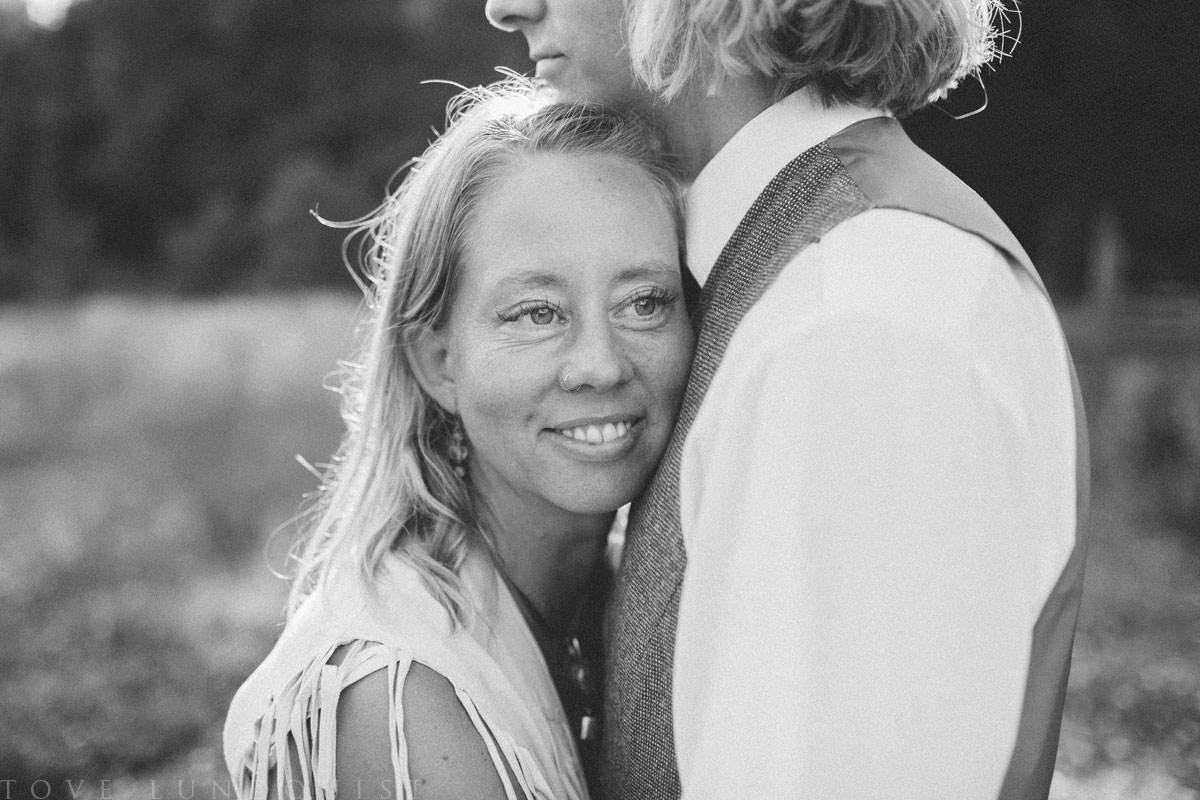 Svartvit bild från en Moment Design fotografering i Ullstorps Stugor tillsammans smyckesdesignern Johanna Stjerndahl från Stjernhem Design. Foto: Tove Lundquist, fotograf i Skåne Län.