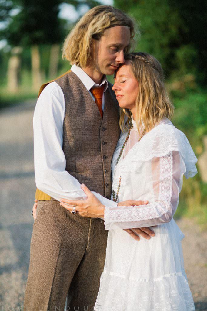 Kärleksfullt par i solnedgång, bröllopskläder i vintage. Plats är Ullstorps Stugor, smyckesdesigner Stjernhem Desig, fotograf är Tove Lundquist.