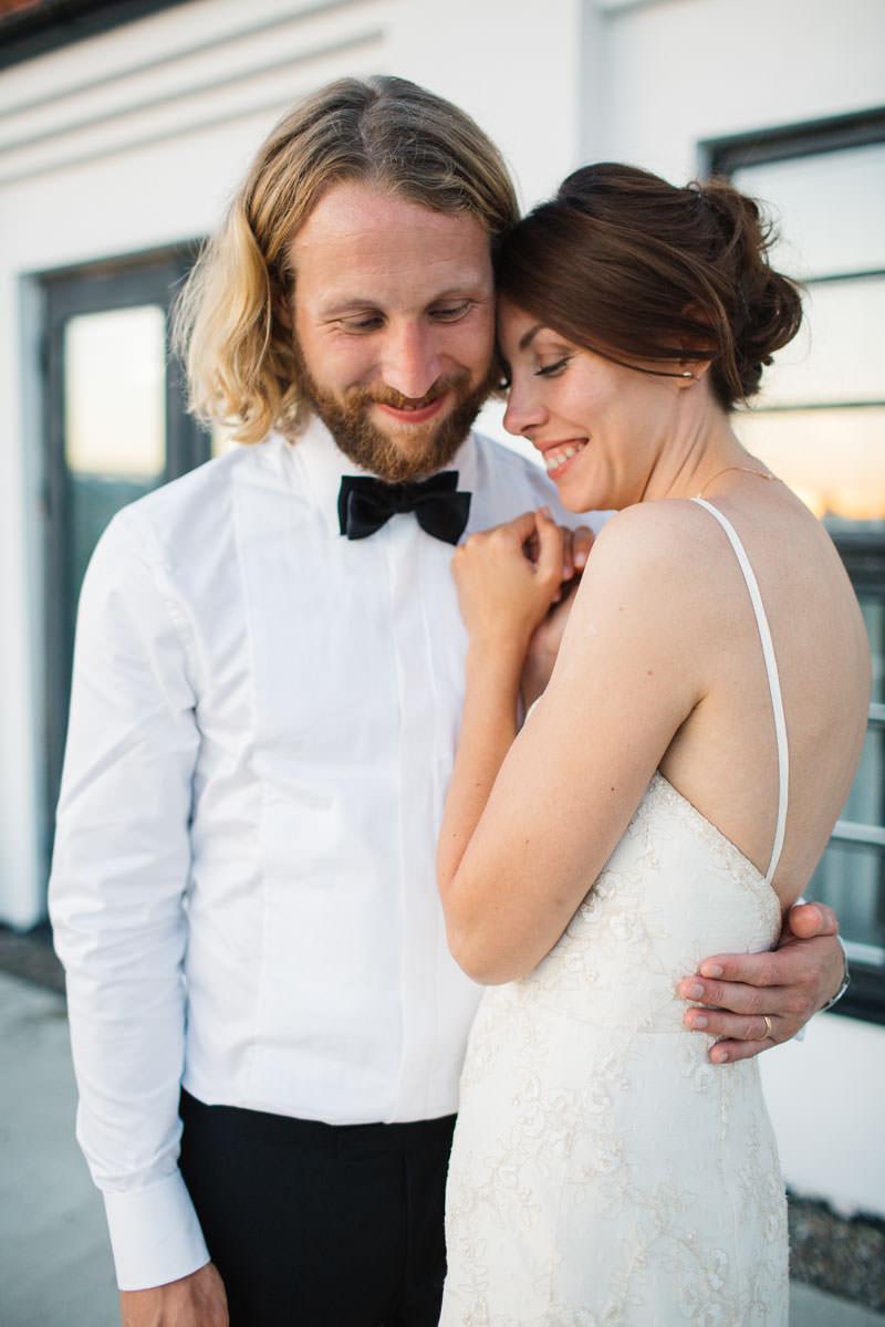 Bröllopsporträtt vid Norrgavelhuset, Kafferosteriet. Foto: Tove Lundquist, bröllopsfotograf i Skåne. Kläder från Oscar Jacobson.