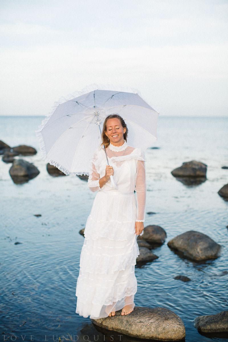 Vintage bröllop på Vitemölla strand utanför Kivik, Österlen. Stylad fotografering tillsammans med Stjernhem Design. Foto: Tove Lundquist, bröllopsfotograf på Österlen.