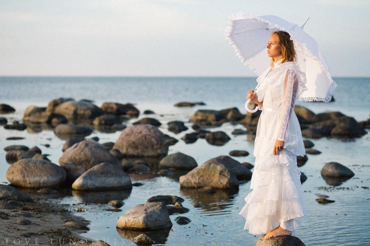 Vintage bröllop på Vitemölla strand utanför Kivik, Österlen. Foto: Tove Lundquist, bröllopsfotograf på Österlen.