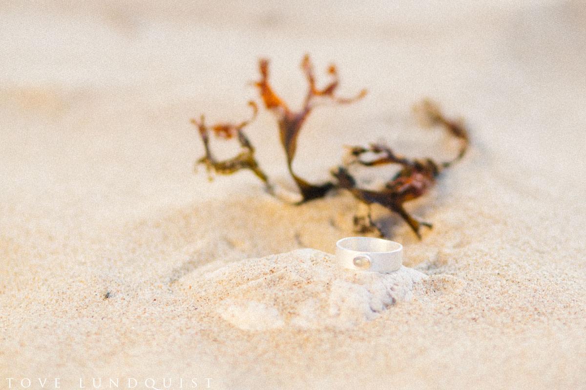 Bilder på smycken från Stjernhem Design, plats är stranden i Vitemölla som ligger på Österlen, Skåne. Foto av Tove Lundquist, bröllopsfotograf på Österlen.