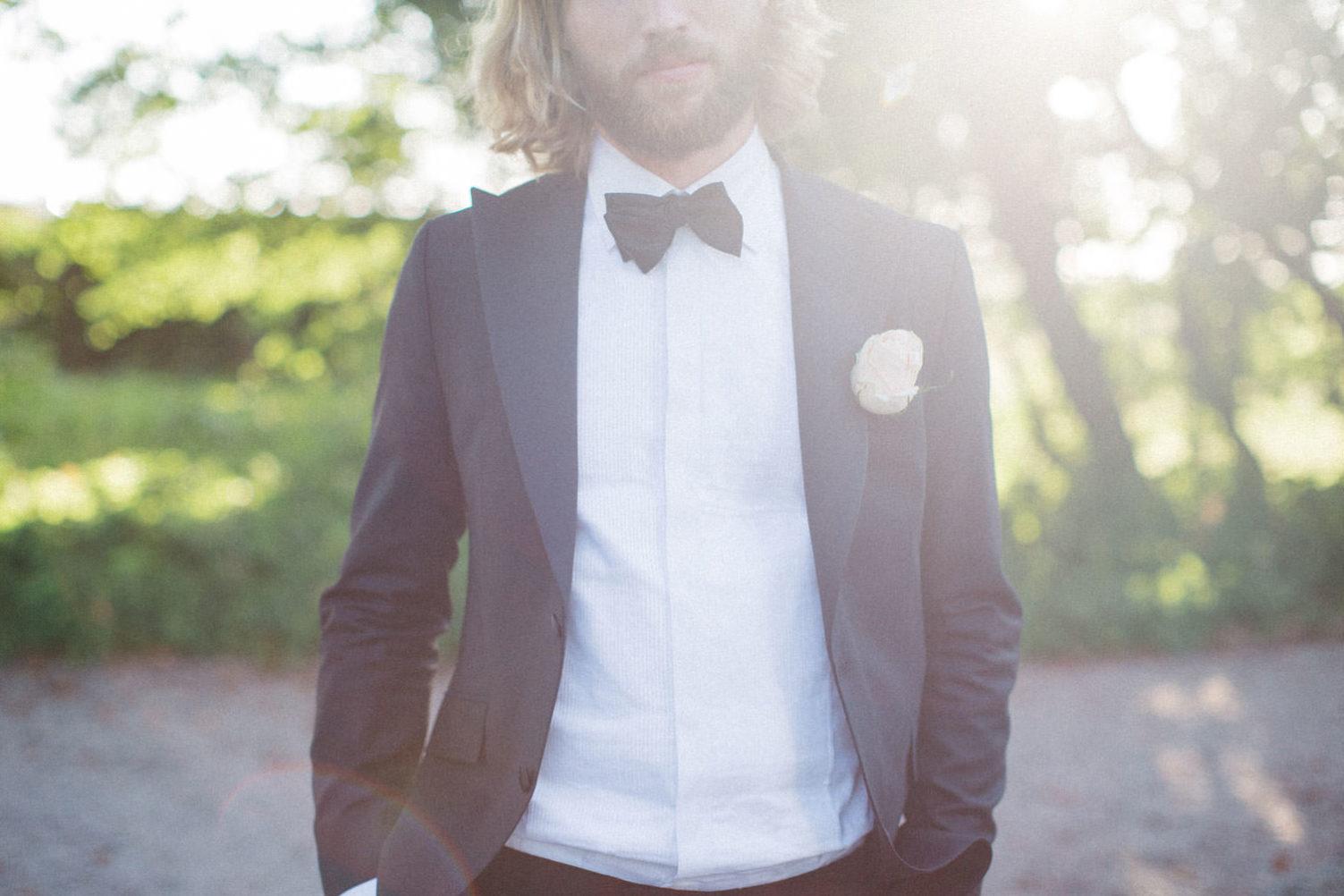 Porträtt på brudgum, Kafferosteriet på Österlen. Kostym från Oscar Jacobsson. Foto: Tove Lundquist, verksam bröllopsfotograf i Skåne.