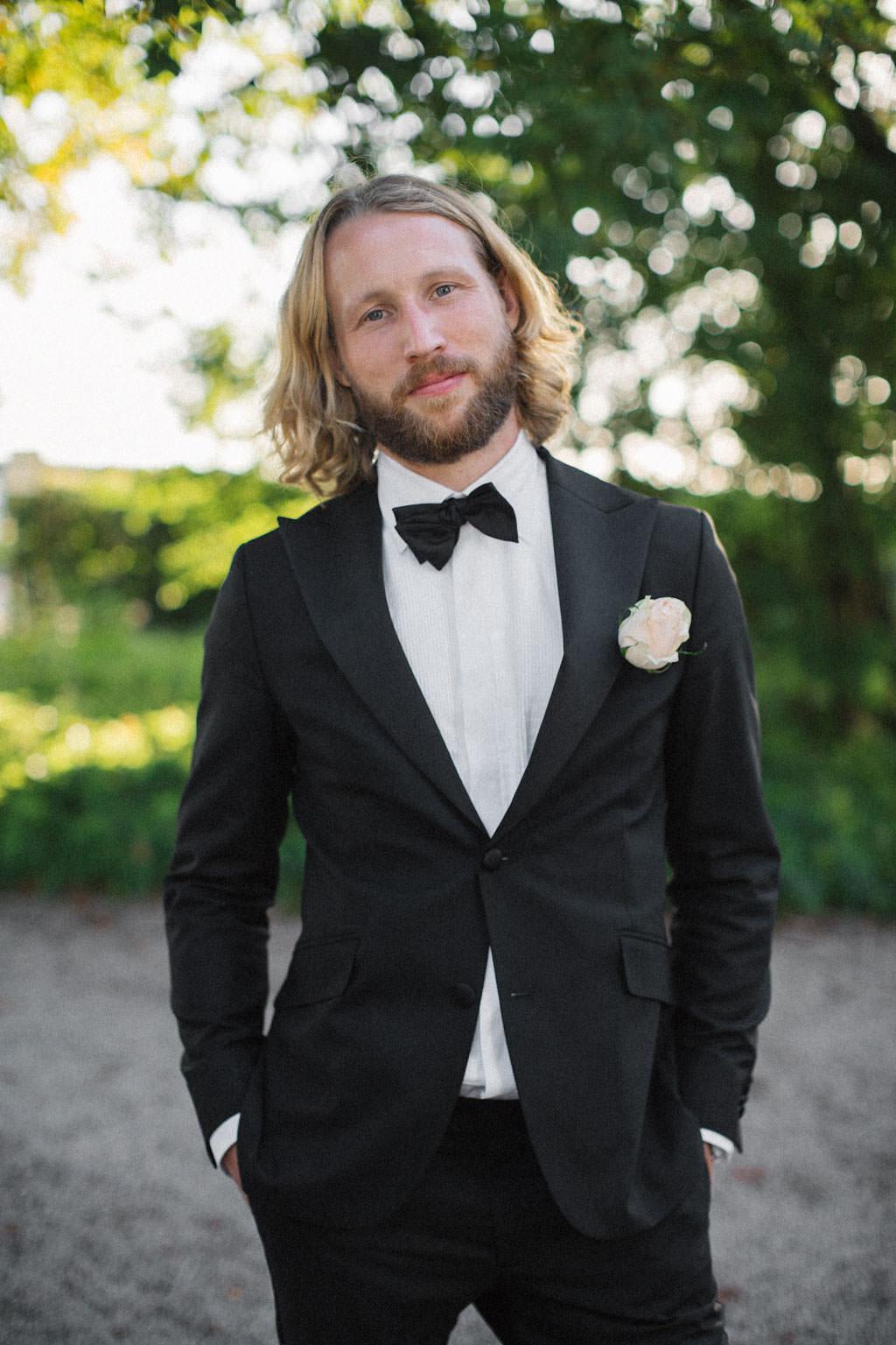 Porträtt på brudgum, Kafferosteriet på Österlen. Kostym från Oscar Jacobsson. Foto: Tove Lundquist, verksam bröllopsfotograf Österlen.