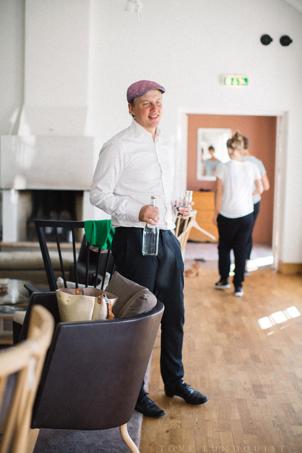 Förberedelser av brud i Norrgavelhuset, Kafferosteriet på Österlen. Foto: Tove Lundquist, bröllopsfotograf Skåne.