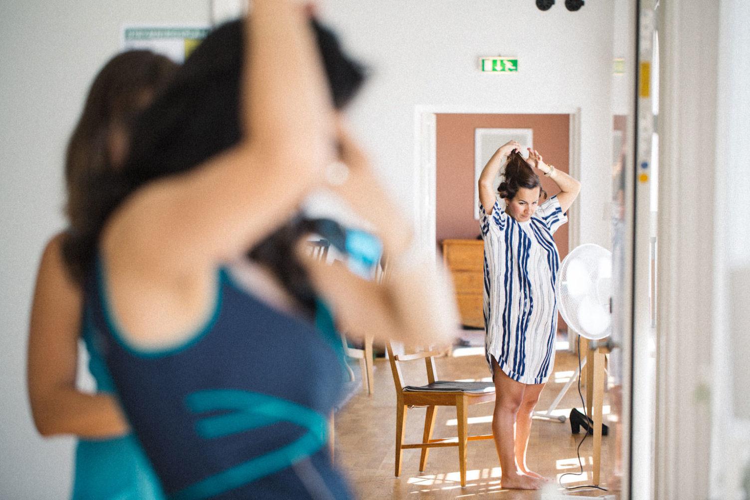 Förberedelser av brud i Norrgavelhuset, Kafferosteriet på Österlen. Foto: Tove Lundquist, verksam bröllopsfotograf i Skåne.