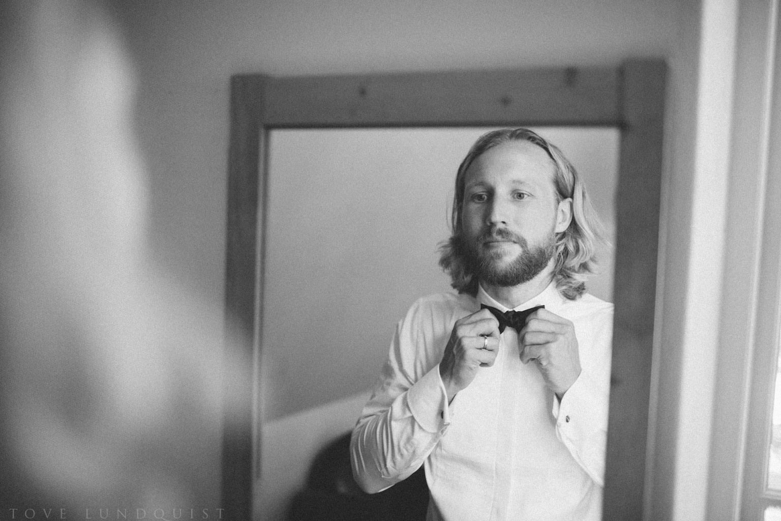 Förberedelser av brudgum på Örum 119 - Kafferosteriet på Österlen. Brudgummen har kläder från Oscar Jacobson. Foto: Tove Lundquist, verksam bröllopsfotograf i Skåne.
