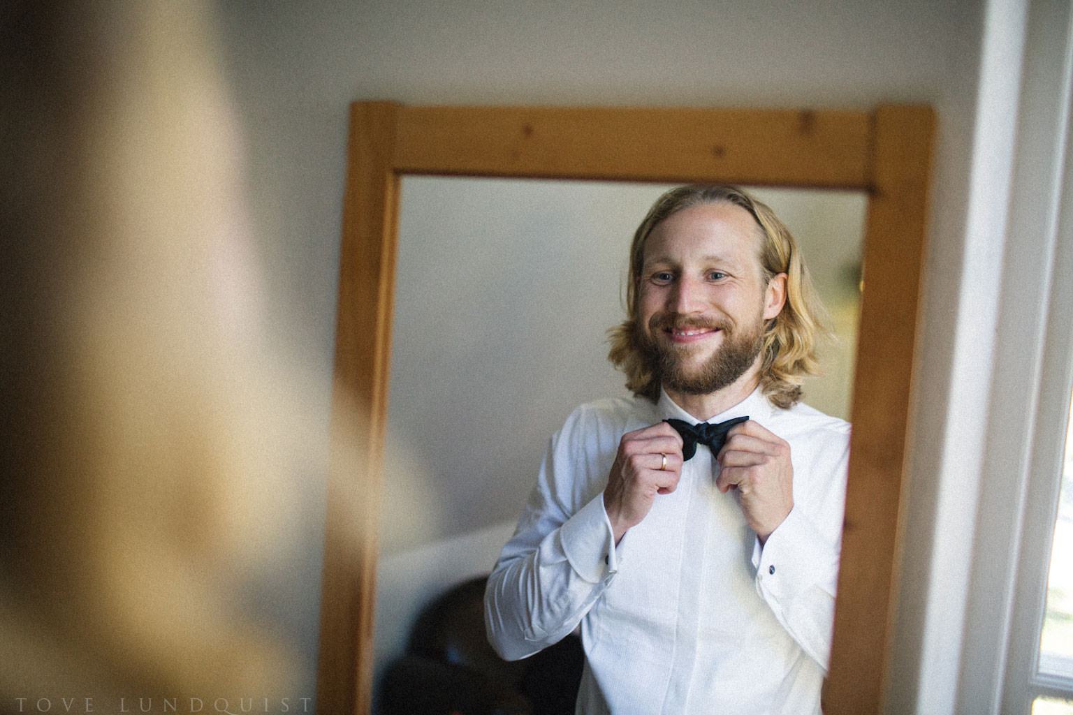 Förberedelser av brudgum på Örum 119 - Kafferosteriet på Österlen. Brudgummen har kläder från Oscar Jacobson. Foto: Tove Lundquist, verksam bröllopsfotograf på Österlen.