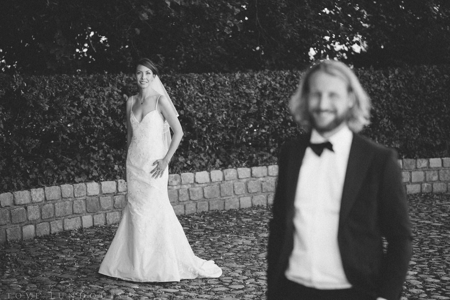 First Look vid bröllop på Kafferosteriet på Österlen/Örum 119. Brudens klänning kommer från Garamaj of Sweden. Brudgummens kläder är från Oscar Jacobson. Foto: Tove Lundquist, bröllopsfotograf i Skåne.