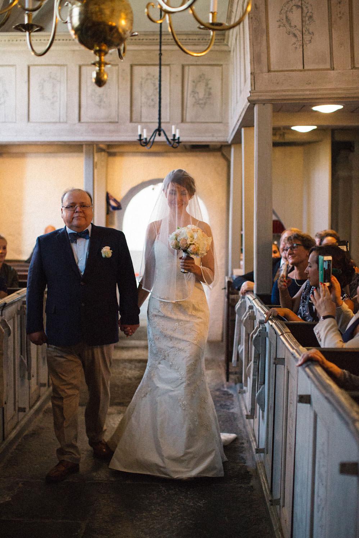 Vigsel i Hannas kyrka, medeltidskyrka i Skåne. Foto: Tove Lundquist, verksam bröllopsfotograf i Skåne.