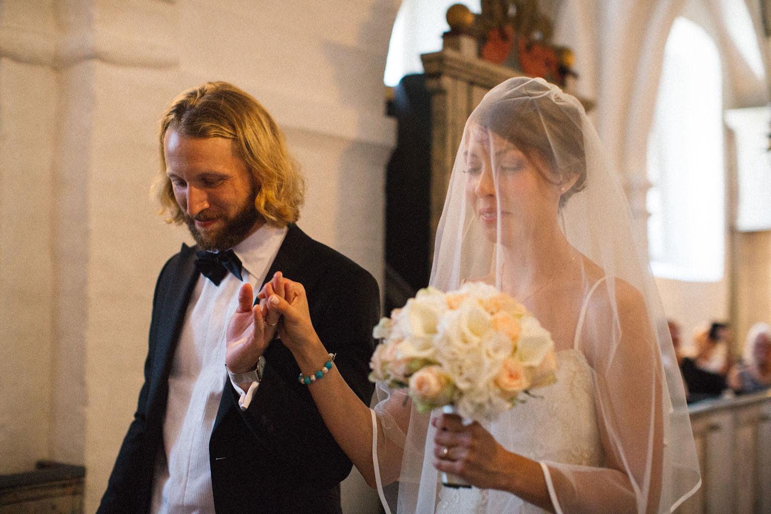 Vigsel i Hannas kyrka, medeltidskyrka i Skåne. Foto: Tove Lundquist, verksam bröllopsfotograf Skåne.