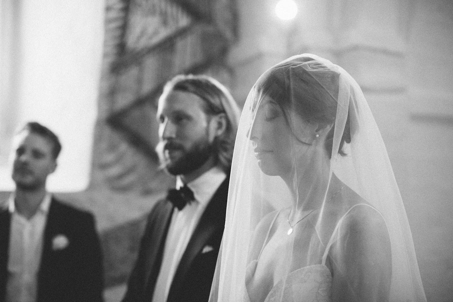 Vigsel i Hannas kyrka, medeltidskyrka i Skåne. Foto: Tove Lundquist, verksam bröllopsfotograf Österlen.