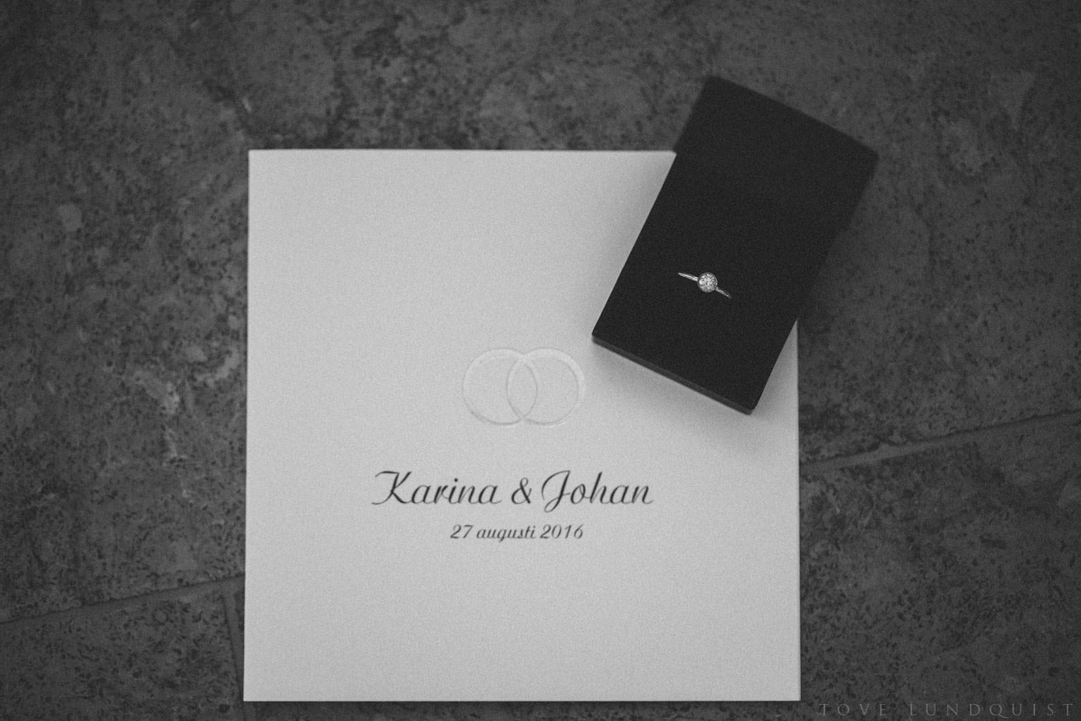 Bröllopsinbjudan samt ring. Foto: Tove Lundquist, verksam bröllopsfotograf på Österlen.