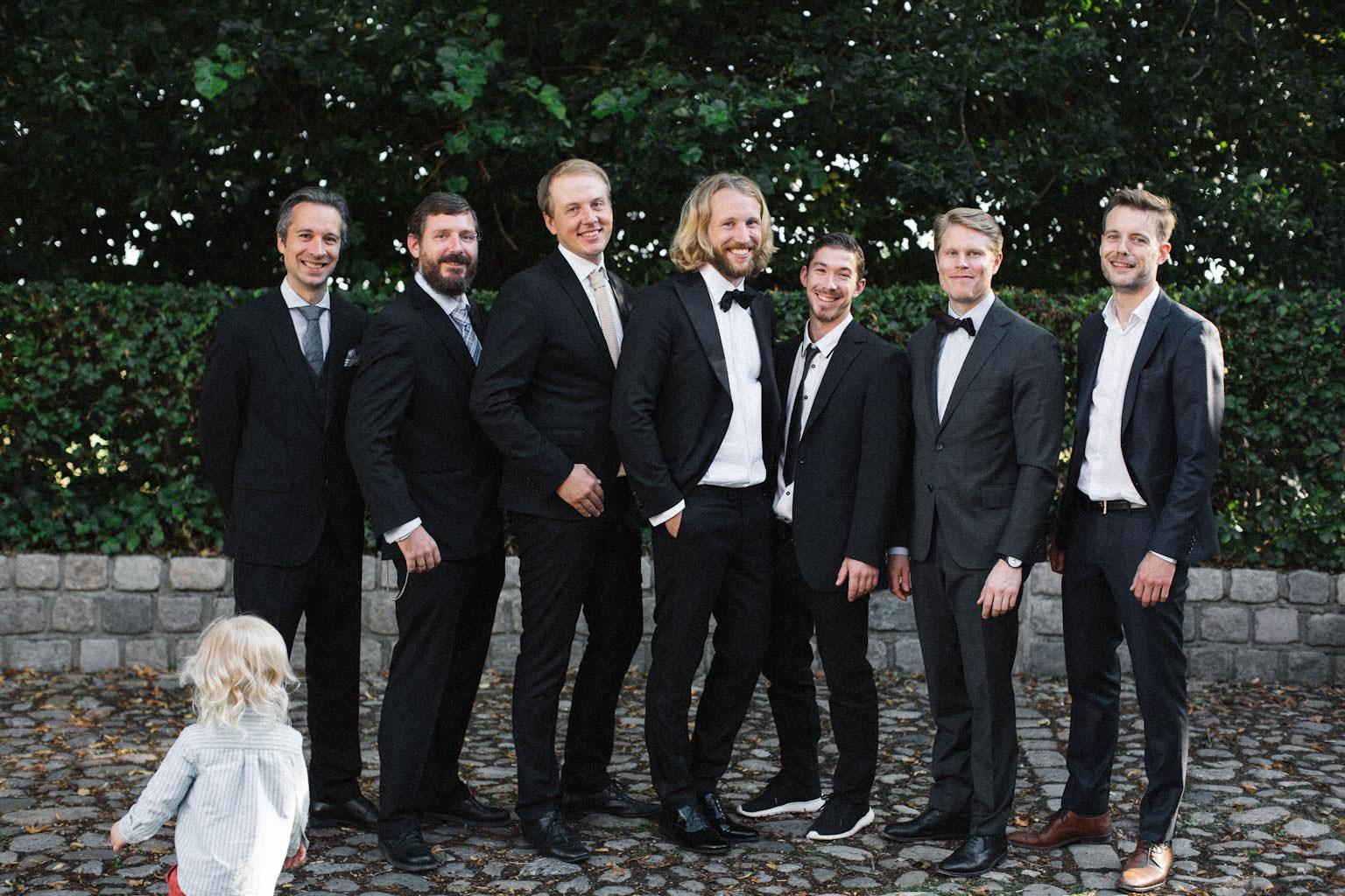 Porträtt på brudgum med best man och manliga gäster. Foto: Tove Lundquist, verksam bröllopsfotograf i Skåne.