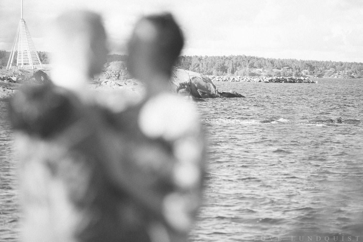 Svartvitt bröllopsporträtt med annorlunda fokus vid piren på Ernemar Småbåtshamn.