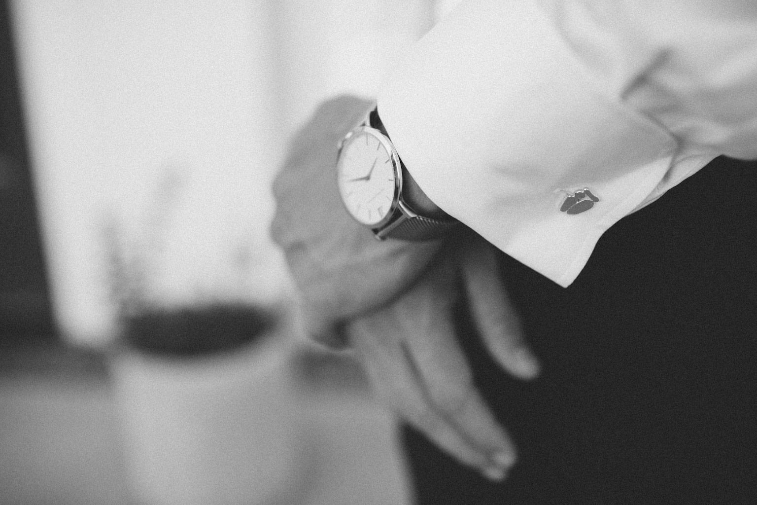 Bröllop på Kafferosteriet, Österlen. Manschettknappar i silver från designern LIMANI. Foto: Tove Lundquist, verksam bröllopsfotograf i Skåne.